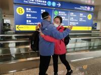 山东省医疗队队员机场寻到老同学:大学时一句话都没讲过,今天我要把玫瑰花送给勇敢的她