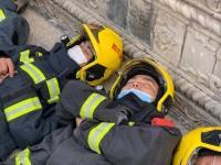 心疼!参加西昌森林大火灭火的消防官兵累躺在地上