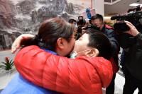 影像力|相拥、亲吻!济南38名援湖北医疗队员与家人团聚啦