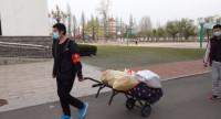 29秒丨日照:高三住校生返校 老师义务为学生搬运行李