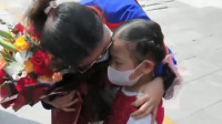 32秒丨苑东欣女儿终于见到妈妈了:不哭,不哭,都不允许哭!