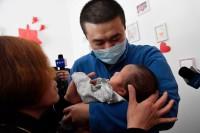 影像力|阔别74天,援武汉爸爸第一次拥抱新生儿子