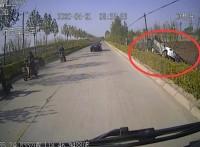 路遇私家车侧翻 日照莒县公交驾驶员立即停车施救!
