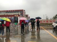 初中毕业年级复课!日照岚山公安开启雨中护学模式