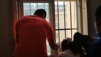 49秒丨危险!临沂一孩子贪玩头卡防盗网 身体悬空5楼窗外