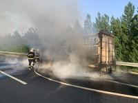 14秒丨刹车过热引起明火 高速路上一辆大货车自燃