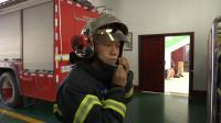 164秒丨逆行英雄!济宁这位消防员手拎煤气罐被着火房梁砸中 不惧危险受网友点赞