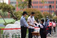 日照:党员教师、青年志愿者组成护学岗 引导小学1—2年级学生返校复课