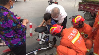 46秒丨男童脚卡电动车 兖州消防5分钟快速救援