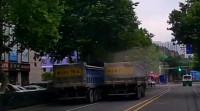36秒 | 胆真大!两辆大货车在青岛闹市区斗气,互相别车还逆行