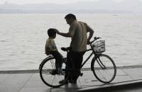 闪电评论丨父爱如光,照亮人生每个瞬间