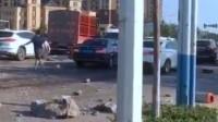42秒丨沂水县内一货车撞开隔离带 车轮与车身分离