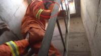 42秒丨紧咬牙关、青筋暴起……威海消防员边拉边拽,将坠楼工人救出