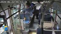 28秒丨乘客手机掉入夹缝,工作人员花20分钟拆开三个座椅取出