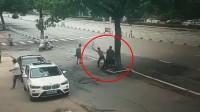 41秒丨安徽池州:男子当街持刀砍人现场曝光 警方:伤者已入院治疗