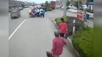 48秒丨青岛:路遇车祸老人被压三轮下 公交司机和乘客十几人合力救援