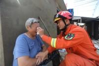 【驰援滁州,温暖瞬间】安徽滁州独居老人房屋被淹街头哭泣   山东消防这一举动暖了老人心