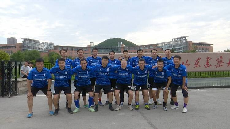 山东建筑大学与山东体育学院教职工足球友谊赛今日举行