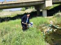 铁山街道:开展志愿活动,清理河道垃圾