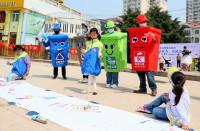 """身穿""""垃圾桶""""上街宣传 青年志愿者引领新区新风尚"""